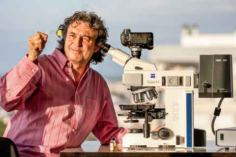 Photographe by Houria Arhab : Gilles Martin at work with his Zeiss microscope.